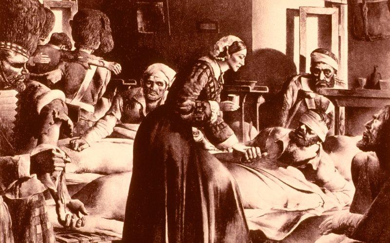 госпиталь времен Крымской войны с сиделками и лежащими на койках ранеными солдатами