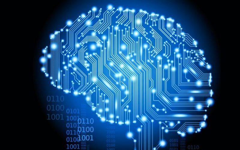 мозг в виде платы со светящимися голубыми элементами и ярко-голубыми прожилками