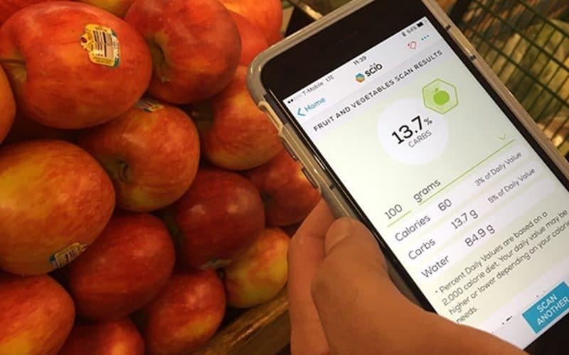 продуктовый сканер оценивает горку красных яблок