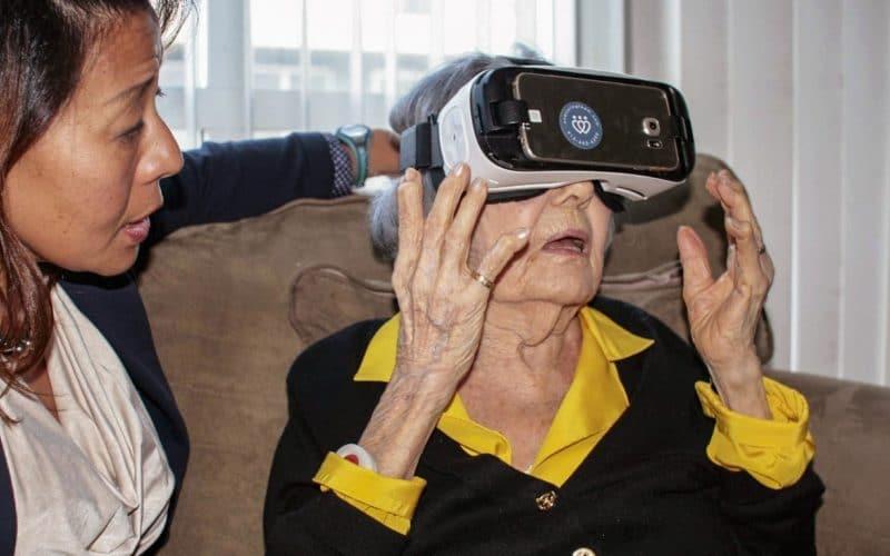 бабушка с одетыми на ее глаза очками, создающими виртуальную реальность