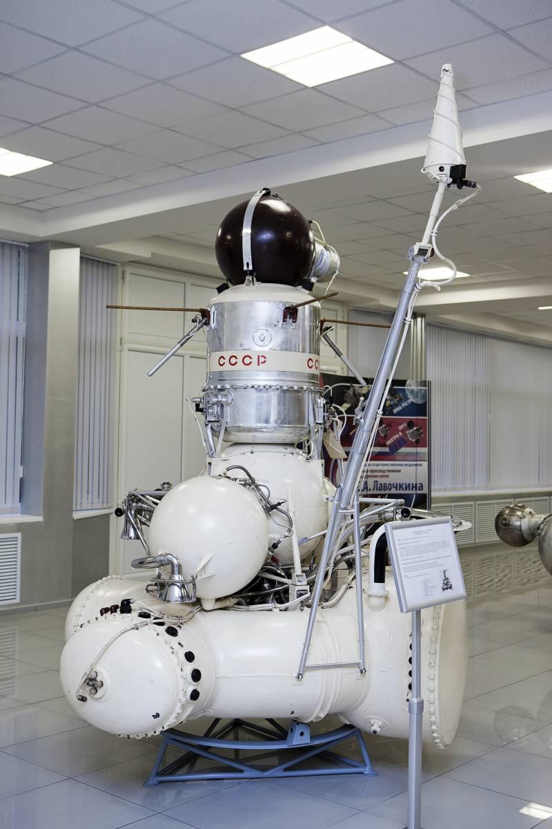 Автоматическая межпланетная станция «Луна-16» (музей НПО им. С. А. Лавочкина) с буром для забора грунта, запущенная в 1970 г. Станция совершила мягкую посадку на поверхность Луны в районе Моря Изобилия и совершила забор грунта с глубины 350 мм. Бур с грунтом был помещен в контейнер возвращаемого аппарата, который успешно приземлился 24 сентября 1970 г./ ©Михаэль Иванов-Шувалов