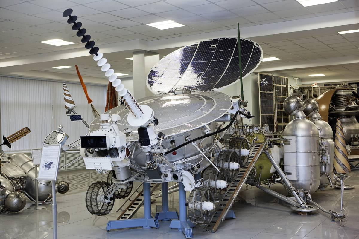 Подвижная дистанционно управляемая исследовательская лаборатория «Луноход-3» (подлинник, летный экземпляр). Луноход планировалось доставить на Луну в 1977 г., однако запуск так и не состоялся, так как для пуска не нашлось свободной ракеты-носителя. Теперь «Луноход-3» служит в качестве экспоната музея НПО им. С. А. Лавочкина / ©Михаэль Иванов-Шувалов