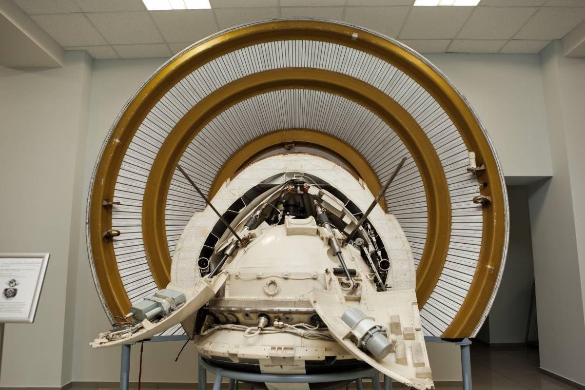 Спускаемый аппарат межпланетной станции «Марс-3» с тормозным аэродинамическим конусом. АМС «Марс-3» состоял из орбитального и спускаемого аппаратов. Аэродинамический конус предназначен для торможения спускаемого аппарата в атмосфере Марса и защиты АМС от возникающих при этом высоких температур. Спускаемый АМС «Марс-3» впервые в мире совершил мягкую посадку на поверхность Марса. К сожалению, для российской космонавтики эта посадка до сих пор является единственной успешной. Экспонат музея НПО им. С. А. Лавочкина / ©Михаэль Иванов-Шувалов