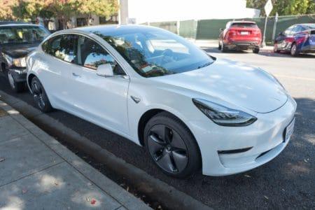 Tesla заблокировала некоторые функции в самой доступной версии электромобиля Model 3