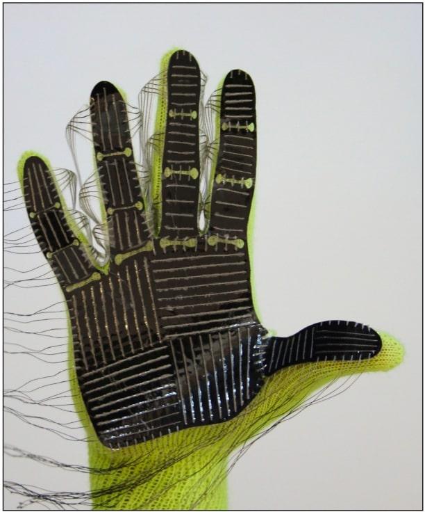 Готовый образец перчатки. Электроды от датчиков впоследствии были изолированы и спрятаны /<span id=docs-internal-guid-3bf56776-7fff-a413-1d9f-7382a3519340>©</span><span>Subramanian Sundaram, Nature 2019</span>
